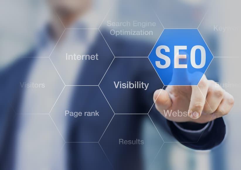 Suchmaschinen-Optimierungsberater, der SEO-Knopf auf virtuellem Bildschirm berührt