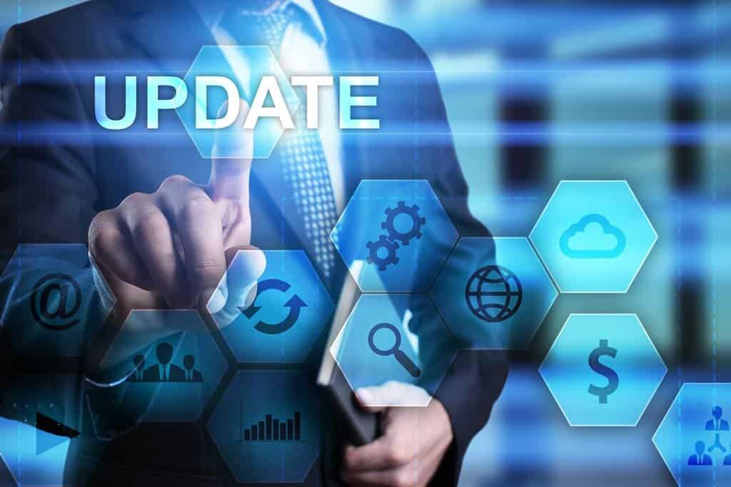 Geschäftsmann drückt Knopf auf virtuellem Schirm und wählt Update vor.